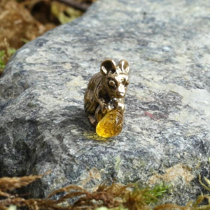 """Сувенир латунный """"Мышка с монеткой"""", с натуральным янтарём"""